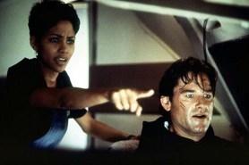 Kurt Russell et Halle Berry dans Ultime Décision (1996)