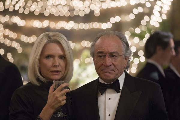 Robert De Niro et Michelle Pfeiffer dans The Wizard of Lies (2017)