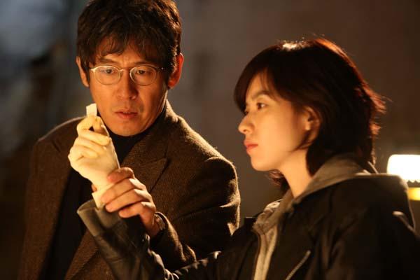 Sol Kyung-gu et Han Hyo-joo dans Cold Eyes (2013)