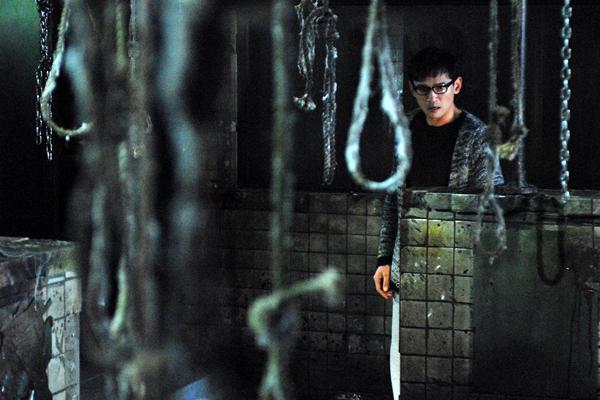 Hwang Jung-min dans Black House (2007)