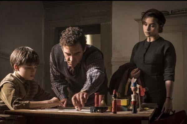 Marton Csokas, Emilia Clarke, et Edward Dring dans Voice from the Stone (2017)