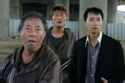Byun Hee-bong, Song Kang-ho et Park Hae-il dans The Host (2006)
