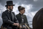 Guy Pearce et Carice van Houten dans Brimstone (2016)