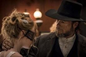 Guy Pearce et Dakota Fanning dans Brimstone (2016)