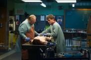 Emile Hirsch et Brian Cox dans The Jane Doe Identity (2016)