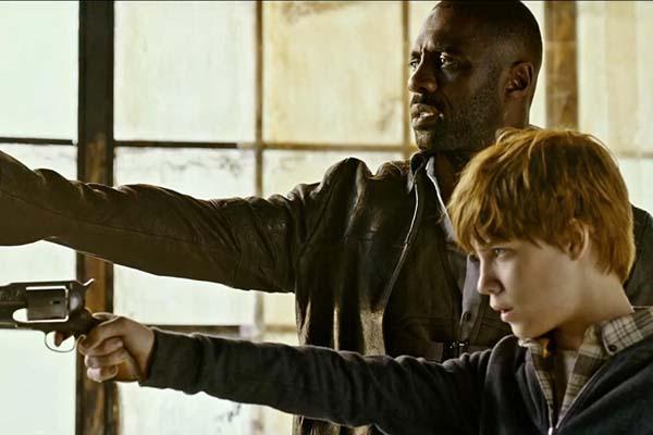 Idris Elba et Tom Taylor dans The Dark Tower (2017)