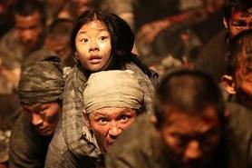 Hwang Jung-min et Kim Su-an dans The Battleship Island (2017)