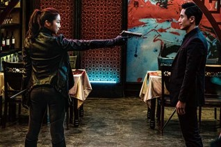 Kim Ok-bin et Shin Ha-kyun dans The Villainess (2017)