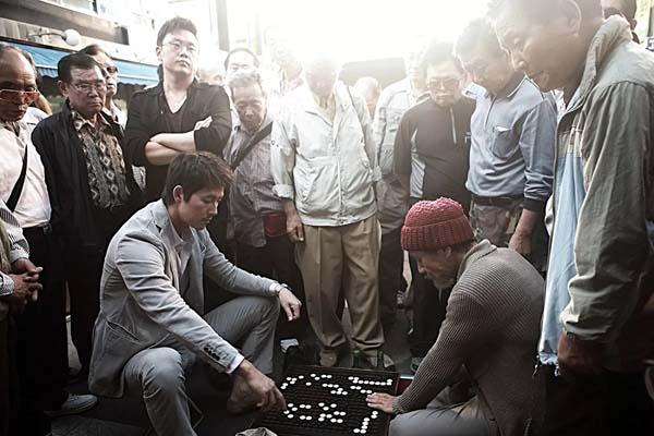 Jung Woo-sung et Ahn Sung-ki dans The Divine Move (2014)
