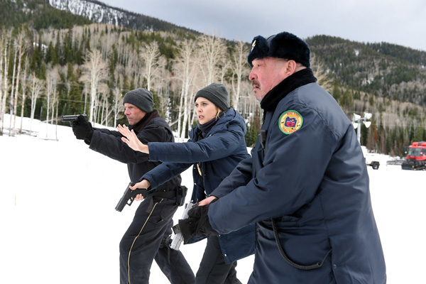 Graham Greene, Hugh Dillon, et Elizabeth Olsen dans Wind River (2017)