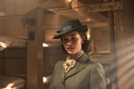 Lily James dans Darkest Hour (2017)