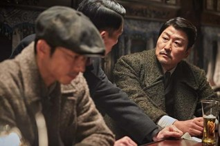 Gong Yoo, Uhm Tae-goo et Song Kang-ho dans The Age of Shadows (2016)