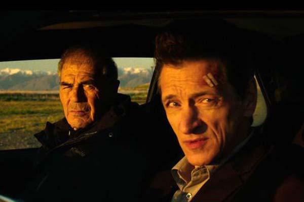 John Hawkes et Robert Forster dans Small Town Crime (2017)