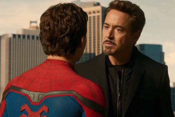 Robert Downey Jr. et Tom Holland dans Spider-Man: Homecoming (2017)