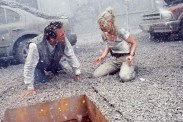 Anne Heche et Tommy Lee Jones dans Volcano (1997)