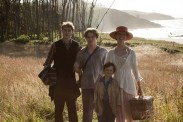 George MacKay, Mia Goth, Matthew Stagg, et Charlie Heaton dans Marrowbone (2017)