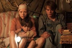 Mia Goth, Matthew Stagg, et Charlie Heaton dans Marrowbone (2017)