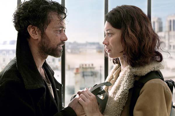 Romain Duris et Olga Kurylenko dans Dans la brume (2018)
