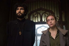 Corneliu Ulici et Sophie Cookson dans The Crucifixion (2017)