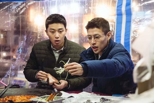 Park Seo-joon et Kang Ha-neul dans Midnight Runners (2017)