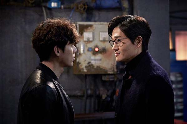 Hyun Bin et Yoo Ji-tae dans The Swindlers (2017)