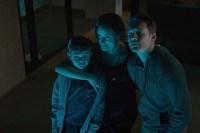 Sam Worthington, Taylor Schilling, et Noah Jupe dans The Titan (2018)