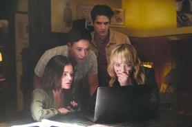 Tyler Posey, Lucy Hale, Hayden Szeto, et Violett Beane dans Action ou Vérité (2018)