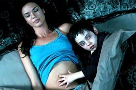 Odette Annable et Ethan Cutkosky dans The Unborn (2009)