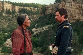 Christian Bale et Wes Studi dans Hostiles (2017)