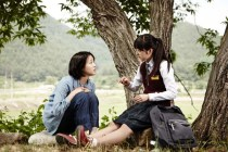 Kim Go-eun et Kim Bo-ra dans Monster (2014)
