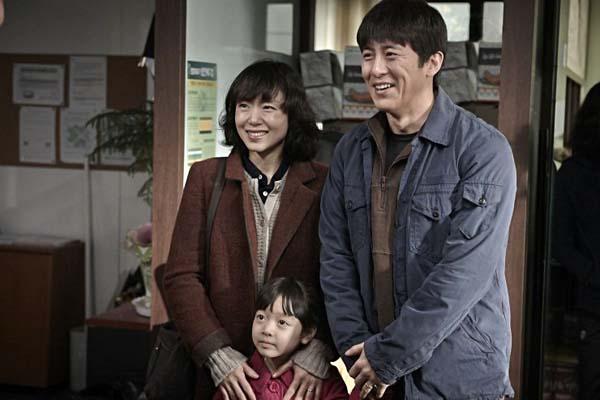 Jeon Do-yeon, Kang Ji-woo et Go Soo dans Way Back Home (2013)