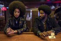 Laura Harrier et John David Washington dans BlacKkKlansman (2018)