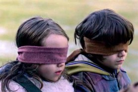 Julian Edwards et Vivien Lyra Blair dans Bird Box (2018)