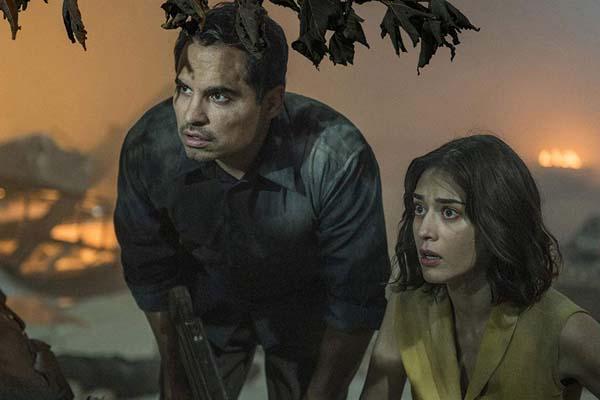 Lizzy Caplan et Michael Peña dans Extinction (2018)