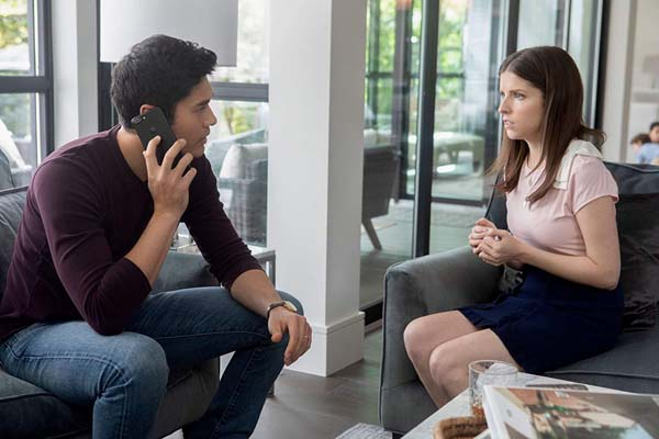 Anna Kendrick et Henry Golding dans A Simple Favor (2018)