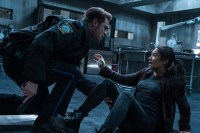 Grey Damon et Shay Mitchell dans The Possession of Hannah Grace (2018)