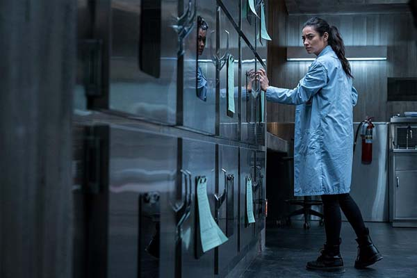 Shay Mitchell dans The Possession of Hannah Grace (2018)