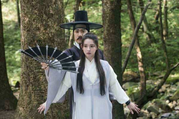 Kim Ji-won et Kim Myung-min dans Detective K: Secret of the Living Dead (2018)