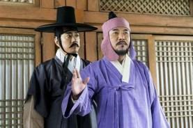 Oh Dal-su et Kim Myung-min dans Detective K: Secret of the Living Dead (2018)