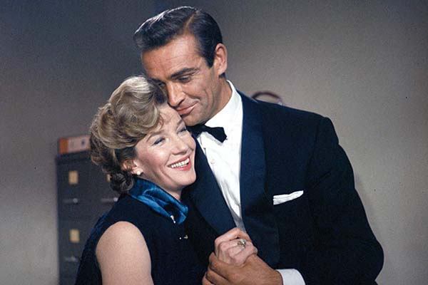 Sean Connery et Lois Maxwell dans Dr. No (1962)