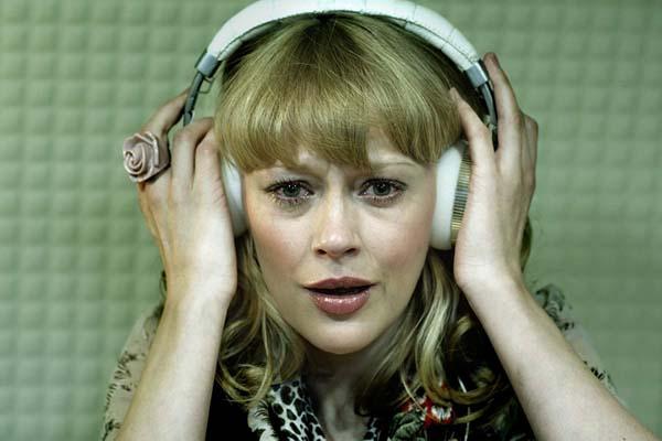 Elen Rhys dans Panic Buttom (2011)