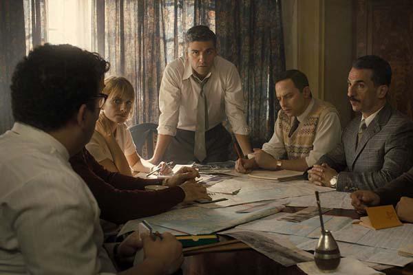 Michael Aronov, Mélanie Laurent, Oscar Isaac, Nick Kroll, et Greg Hill dans Operation Finale (2018)