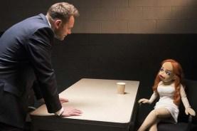 Joel McHale et Dorien Davies dans The Happytime Murders (2018)