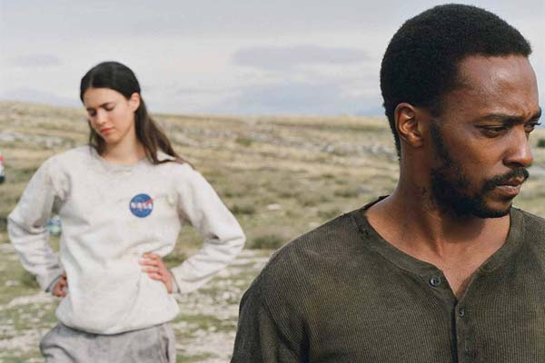Anthony Mackie et Margaret Qualley dans IO (2019)