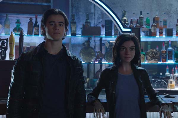 Keean Johnson et Rosa Salazar dans Alita: Battle Angel (2019)