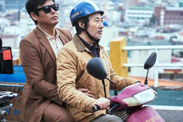Sung Dong-il et Baek Yoon-sik dans The Chase (2017)