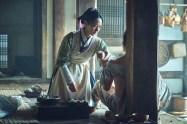Bae Doo-na dans Kingdom (2019)