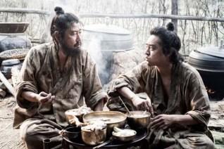 Song Kang-ho et Jo Jung-suk dans The Face Reader (2013)