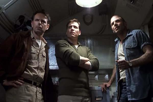 Bruce Greenwood, Holt McCallany et Nick Chinlund dans Below (2002)