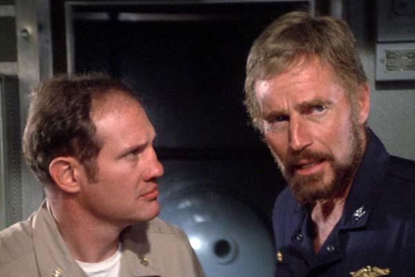 Charlton Heston et Jack Rader dans Gray Lady Down (1978)